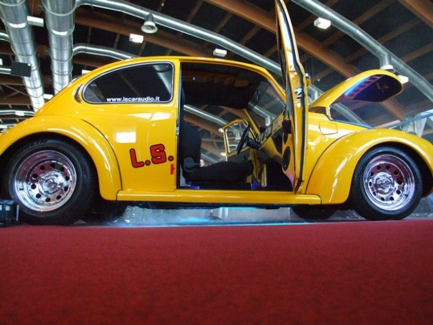 ls car audio beetle dancing 1 628x471 VW Super Beetle Dance to the music